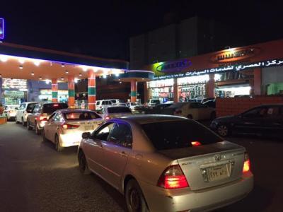 بالصور .. السعوديون يتزاحمون على محطات تعبئة البترول ( الأسعار الجديدة)