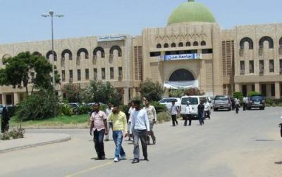 تفاصيل إقتحام مسلحون لجامعة عدن وإختطاف أحد العُمداء وتعليق الدراسة في الجامعة