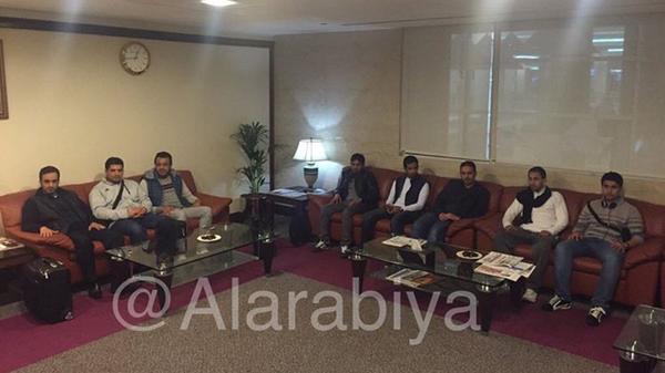 بالصور .. أثناء وصول البعثة الدبلوماسية السعودية من إيران إلى  الإمارات وقرقاش يستقبلهم