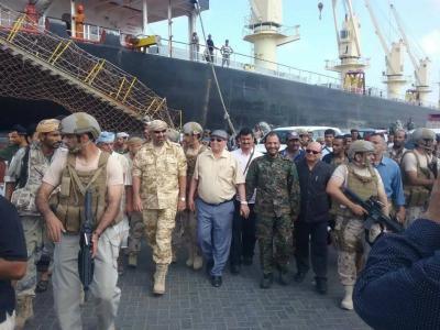 بالصور .. الرئيس هادي يزور ميناء المعلا برفقة المحافظ ومدير الأمن بعد يوم من إشتباكات مسلحة شهدها الميناء