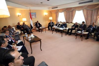 بحاح يترأس اجتماعا موسعا بحضور مستشاري الرئيس واعضاء الوفد الحكومي في مشاورات جنيف2 ( صورة)