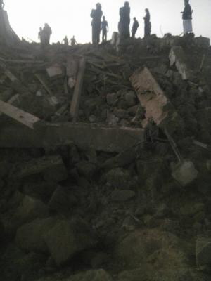 صور أولية للغارة الجوية التي إستهدفت أحد المباني بمدينة المحويت صباح اليوم