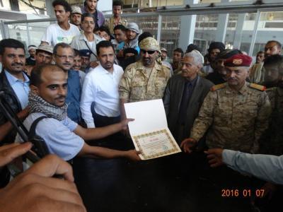 شاهد بالصور مطار عدن يُسلم رسمياً من المقاومة إلى قوات أمنية بحضور شخصيات مدنية وعسكرية ( أسماء)