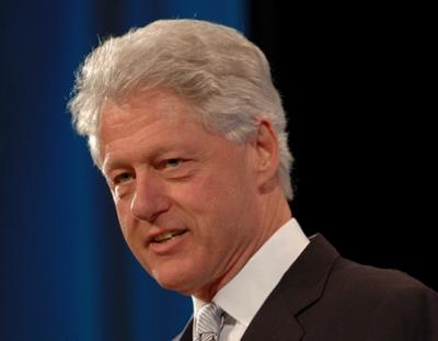 """الرئيس الأمريكي الأسبق """" بيل كلينتون """" يمتدح أمام حشد جماهيري كبير شجاعة مُغترب يمني - تفاصيل"""