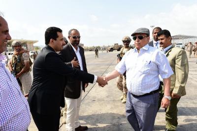 شاهد بالصور .. الرئيس هادي يزور مطار عدن