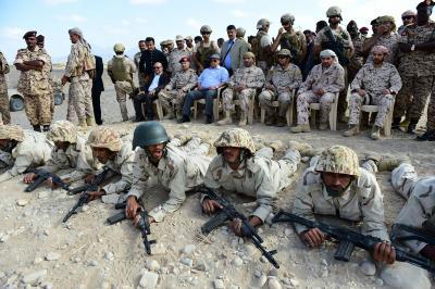 شاهد 6 صور .. الرئيس هادي يصل قاعدة العند بلحج وقوات الجيش المتخرجة تستعرض