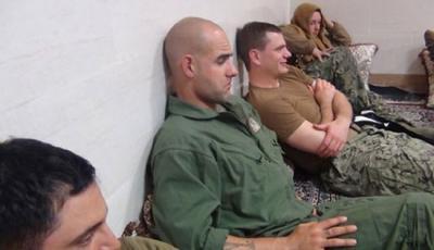 شاهد بالصور .. الأمريكيين الـ 10 أثناء إحتجاز السلطات الأيرانية لهم بعد توقيف زورقين حربيين أمريكيين