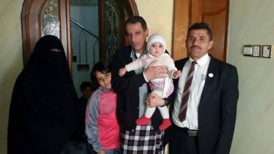بالصور .. لحظات عودة الوزير عبد الرزاق الأشول إلى أسرته بعد الإفراج عنه من قبل الحوثيين