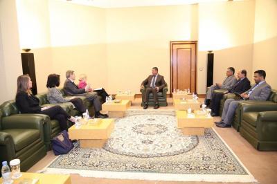 بحاح يلتقي مساعدة وزير الخارجية الأمريكي ( صورة)