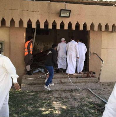 شاهد بالفيديو .. لحظة القبض على الإرهابي قبل تفجير نفسه في أحد مساجد الإحساء بالسعودية