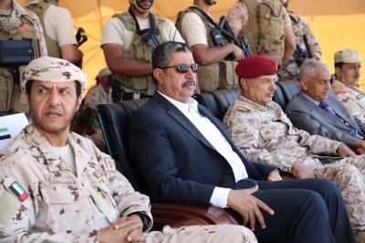 بحاح يحضر حفل تخرج الدفعة الثانية بمعسكر رأس عباس ( صور)