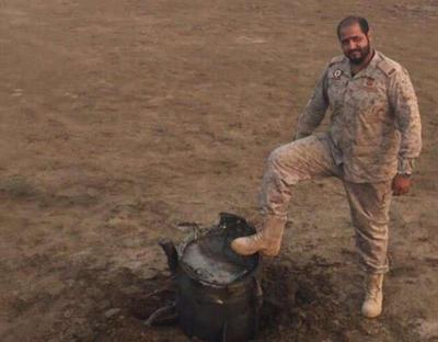 شاهد بالصوره كيف استقبل ضابط من الجيش السعودي بطريقة إستفزازية الصاروخ الباليستي الذي أطلقه الحوثيون على جازان فجر اليوم