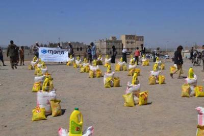 (منى)توزع 300 سلة غذائية للأسر النازحة في مديرية بني الحارث بصنعاء