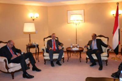 أول لقاء يقوم به نائب القائد الأعلى للقوات المسلحة الفريق علي محسن الأحمر عقب تعيينه ( صوره)