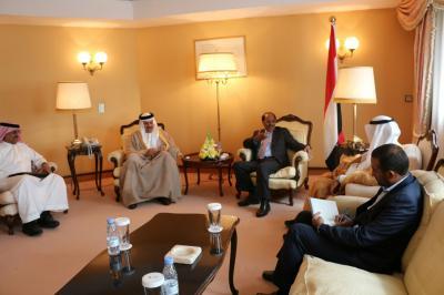 نائب القائد الاعلى للقوات المسلحة الفريق علي محسن الأحمر يلتقي امين عام مجلس التعاون الخليجي ( صورة)