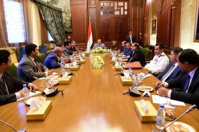 إجتماع إستثنائي لمجلس الدفاع الوطني برئاسة الرئيس هادي وحضور نائبيه بحاح والأحمر ( صوره)