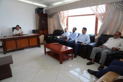 بحاح يصل عدن ويعقد إجتماع حكومي مصغر ( صوره)