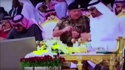 شاهد بالفيديو ..  محمد بن زايد يقطع حديثه مع العاهل الأردني وينهض بطريقة سريعة ليقدم الماء للملك سلمان