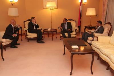 علي محسن الأحمر يلتقي السفير الأمريكي لدى اليمن والملحق العسكري ( صورة)