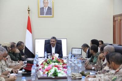 بحاح يجتمع بقيادات عسكرية بشأن تعز ( صورة)