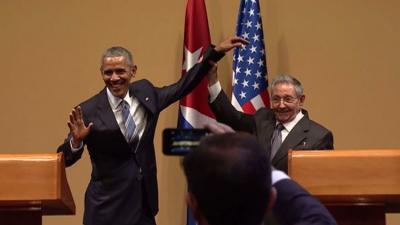 شاهد بالفيديو .. لقطه مُحرجه للرئيس الأمريكي أوباما مع الرئيس الكوبي