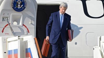 ما سر حقيبة كيري الحمراء ؟ وما ذا قال له الرئيس الروسي بوتين ممازحاً ؟ ( صورة)