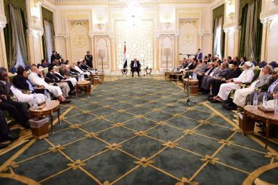هادي يعقد اجتماعاً للهيئة الاستشارية وأعضاء من الحكومة ومجلس النواب ( صوره)