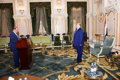 شاهد بالصور .. علي محسن الأحمر وبن دغر يؤديان اليمين الدستورية أمام الرئيس هادي بزي موحد