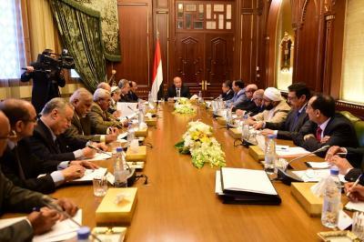الرئيس هادي يترأس اجتماعاً لأعضاء الفريقين السياسي والمشاورات بحضور الأحمر وبن دغر ( صوره)