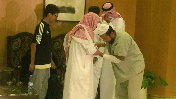 شاهد صور مؤثرة لأحد اليمنيين من الذين كانوا معتقلين في جوانتانامو عند لقاء والديه بالسعودية