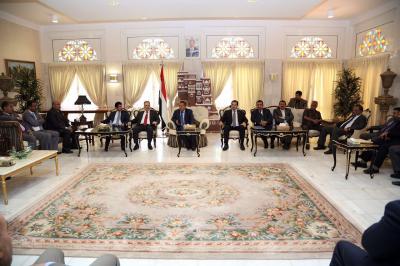 رئيس الوزراء يزور السفارة اليمنية بالرياض ويلتقي بالدبلوماسيين والموظفين فيها ( صوره)