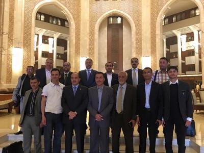شاهد أول صوره تنشر لوفد الحوثيين والمؤتمر أثناء مغادرتهم مسقط إلى الكويت