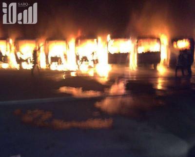 شاهد بالصور والفيديو - العمال يحرقون باصات شركة بن لادن بالسعودية إحتجاجاً على تأخر رواتبهم وترحيلهم