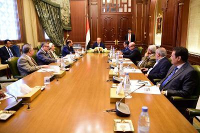 الرئيس هادي يترأس اجتماعاً بمستشارية بحضور نائبه ورئيس الوزراء ( صوره)