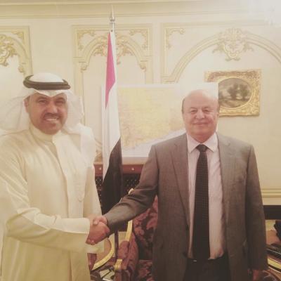 شاهد بالصورة .. الكويتي فهد الشليمي يقف إلى جانب الرئيس هادي ويكشف مالذي دار بينهما