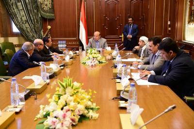 """الرئيس هادي يترأس إجتماعاً بمستشاريه بحضور رئيس الوزراء وعضو فريق مشاورات الكويت """" العليمي """" ( صوره)"""