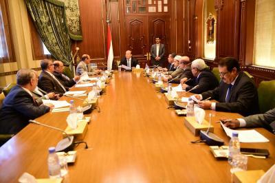 الرئيس هادي يترأس إجتماعاً بمستشاريه بحضور نائبه ورئيس الوزراء ( صوره)
