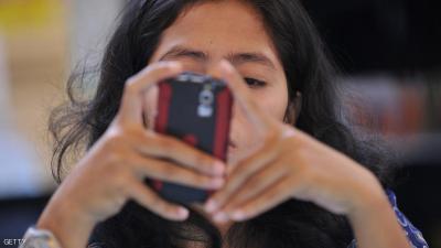 الترحيل والغرامة لامرأة فحصت هاتف زوجها بالإمارات