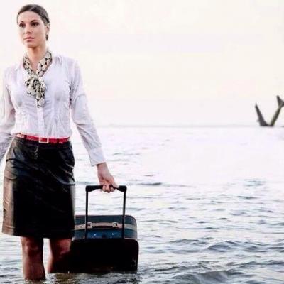 """مضيفة مصر للطيران تحققت نبوءتها.. وماتت """"غرقا"""" بعد أن نشرت صورتها في البحر وخلفها حطام الطائره ( صوره)"""