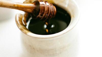 12 فائدة للعسل الأسود .. تعرّف عليها