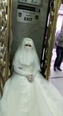 شاهد بالصور .. عروسة بزيها الكامل حاولت الدخول إلى الحرم المكي