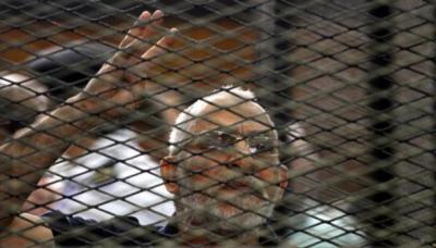 السجن المؤبد لمرشد الإخوان في مصر و35 آخرين