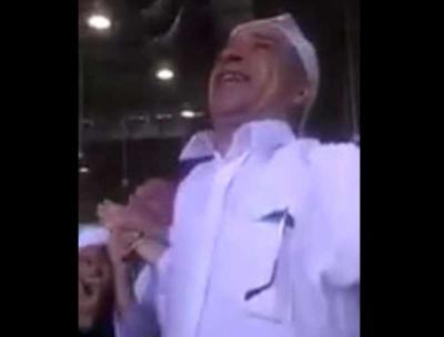 شاهد بالفيديو .. مُعتمر يصرخ شكرًا لله على إعادة بصره بالمسجد الحرام