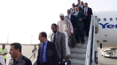 شاهد بالصور .. لحظة وصول رئيس الوزراء بن دغر ووزراء حكومته اليوم إلى عدن وماذا قال بن دغر عقب وصوله مطار عدن