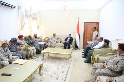 رئيس الوزراء يترأس إجتماعاً للجنة الأمنية في إقليم عدن ويلتقي بالمكتب التنفيذي لمحافظة عدن ( صور)