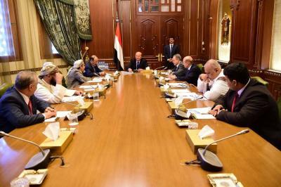 الرئيس هادي يعقد إجتماعاً بهيئة مستشارية بحضور نائبه والمخلافي ( صوره)