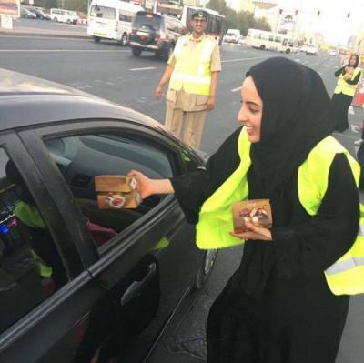 بالصور .. أصغر وزيرة إماراتيه توزع الطعام على الصائمين في الطرقات