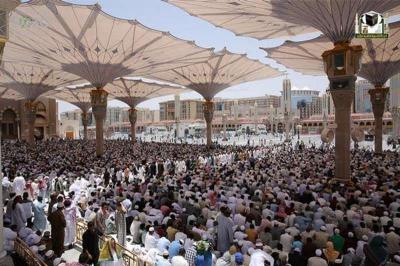 شاهد بالصور .. منظر مهيب للمصلين وهم يؤدون الصلاة في ساحة المسجد النبوي والحرم المكي في ثاني جُمعة من رمضان