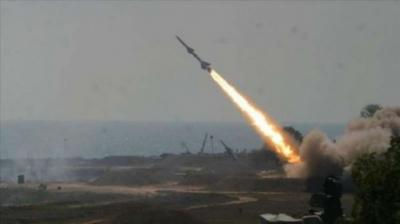 الحوثيون يطلقون صاروخ باليستي على أحد معسكرات الجيش والمقاومة