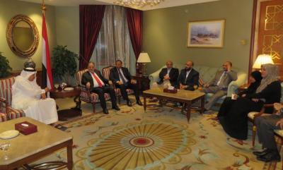 الوفد الحكومي في مشاورات الكويت يلتقي امين عام مجلس التعاون ( صوره)